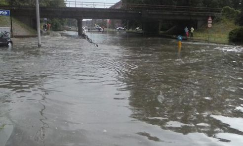Wateroverlast in Arnhem op 28 juli in 2014, foto via twitter / @BrengOV.